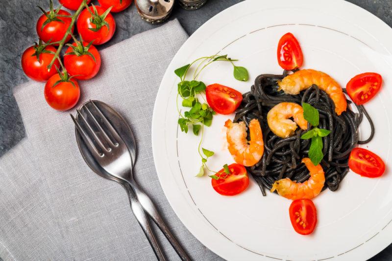 Черные спагетти с креветками