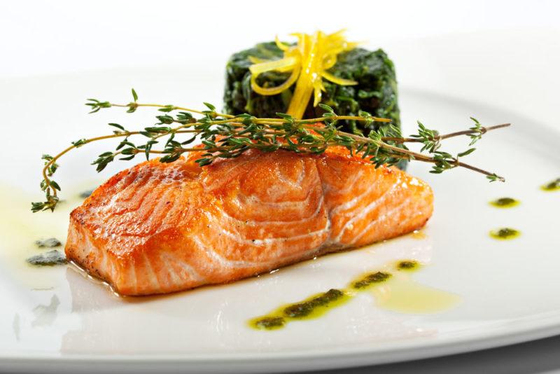 вкусный стейк из лосося
