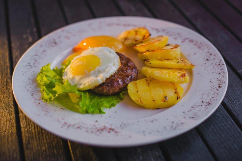 как готовить бифштекс с яйцом