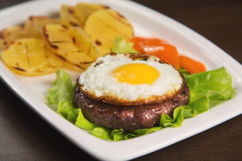 как сделать бифштекс с яйцом