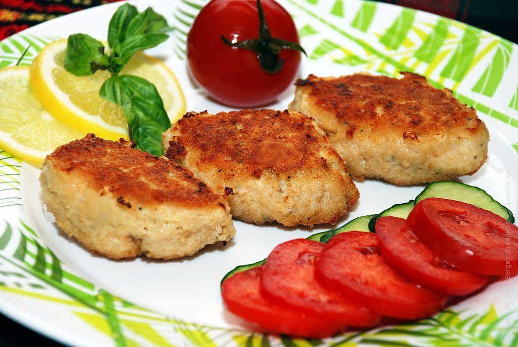 Рыбные котлетыдиетологи рекомендуют как можно чаще включать рыбу в рацион.